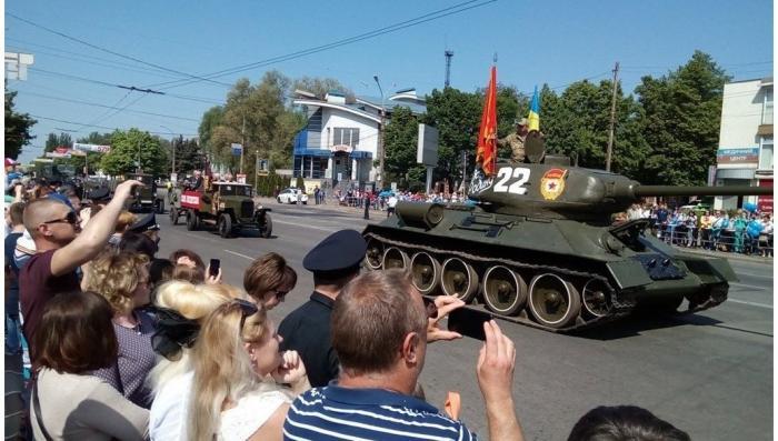 Полчаса Победы: в Кривом Роге парад прошёл под запрещенным красным знаменем