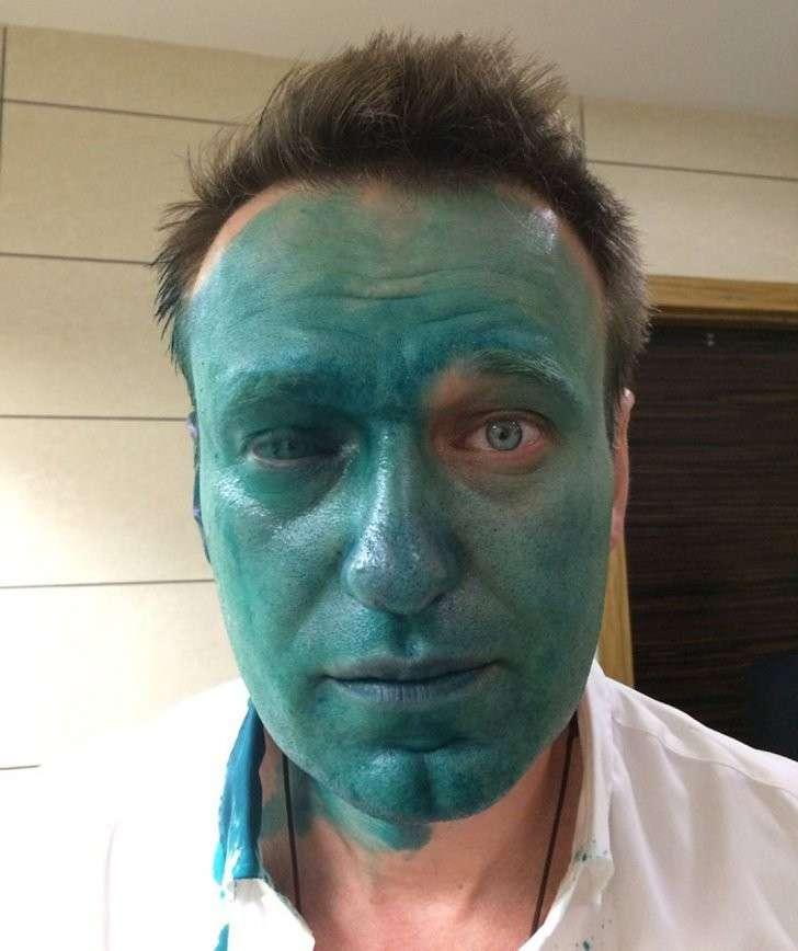 Глядя в зеркало на свое зеленое лицо и осознав свою беззащитность, Алексей Навальный пишет письмо в Администрацию Президента Фото: Личная страничка героя публикации в соцсети