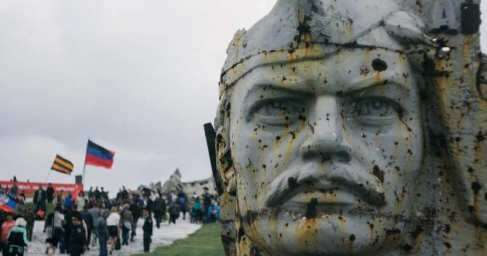 Тысячи людей приехали на Саур-Могилу почтить память освободителей Донбасса от нацизма