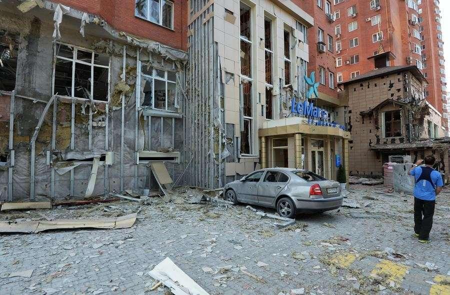 Украинские силовики обстреливают Донецк и Луганск, идут бои за коридор между двумя городами