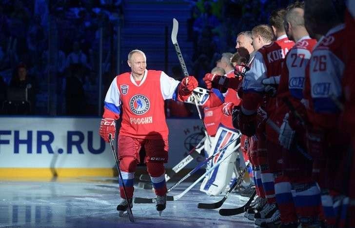 Президент РФ Владимир Путин перед началом гала-матча команд Ночной хоккейной лиги