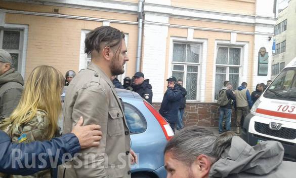 «Жри, бандера!» – полицейские накормили майдауна собственной кепкой, остальных уложили на землю | Русская весна