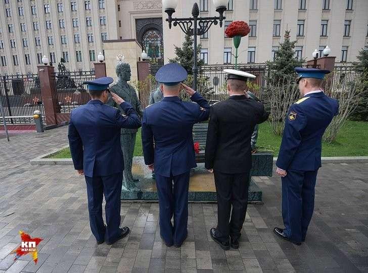 Четыре молодых офицера в парадной форме на Фрунзенской набережной не привлекали к себе повышенного внимания Фото: Виктор ГУСЕЙНОВ
