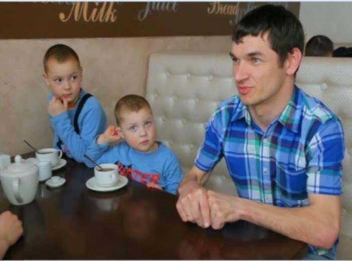 Алексей Рогозников с двумя сыновьями.