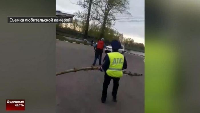 Молодецкий замах и большущая дубина помогли инспектору ГИБДД остановить автодебошира с ножом