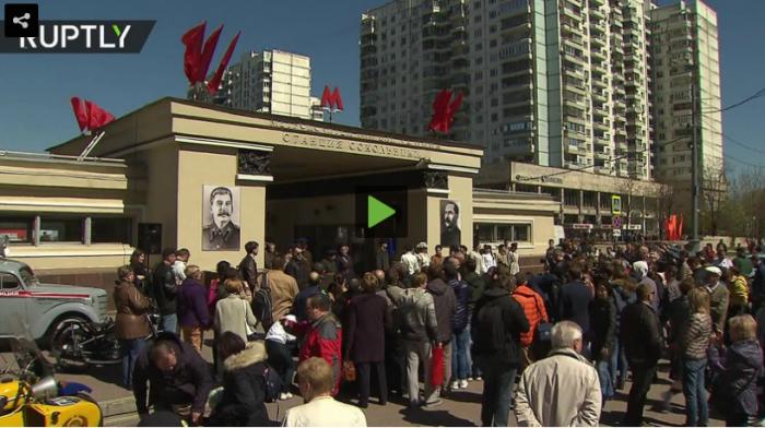 В Москве вход на станцию метро украсили портретами Иосифа Сталина и Лазаря Когановича