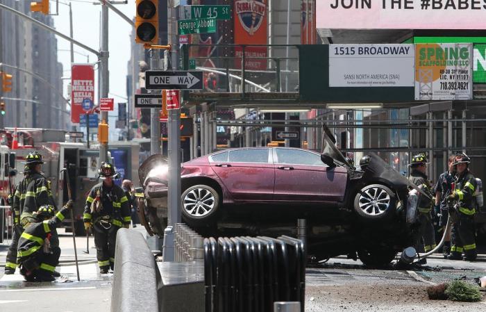 В Нью-Йорке автомобиль преднамеренно на большой скорости врезался в пешеходов на Таймс-сквер