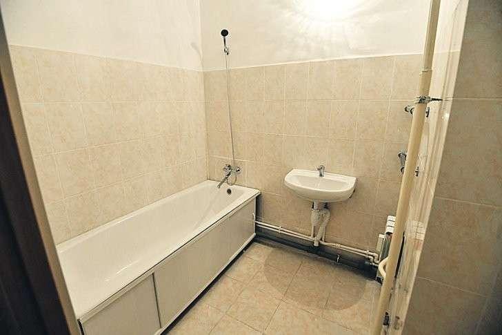 В раздельном санузле - ванна, душ, раковина со смесителем, полотенцесушитель, унитаз, технический люк со стояками и водосчетчиками модели «Водомер» или «Пульс». Все российского, турецкого или украинского производства. В серии «Куб 2.5» в ванной комнате удобная ниша под стиральную машину. Фото: Евгения ГУСЕВА