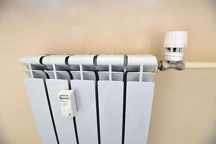 На всех батареях в квартире терморегуляторы и датчики автоматизированной системы учета тепла. Техника может сама понижать или повышать градус в радиаторах в зависимости от погоды. Фото: Евгения ГУСЕВА