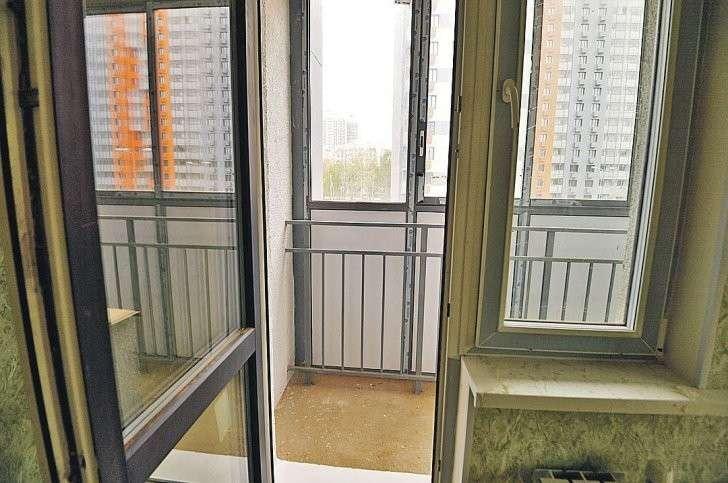 На окнах в комнатах стеклопакеты (Турция или Россия). Лоджии и балконы просторные и застекленные. Фото: Евгения ГУСЕВА