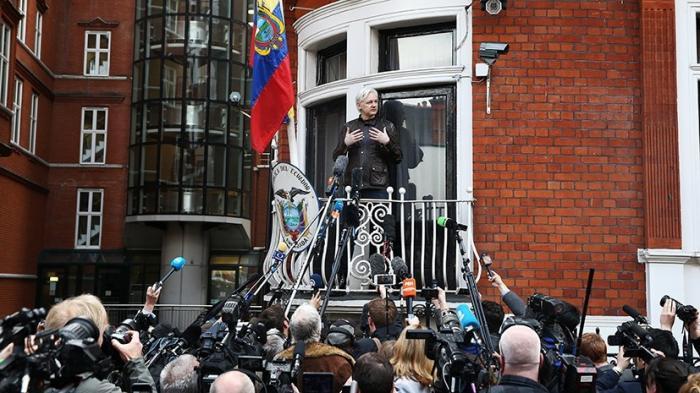 Выступление Джулиана Ассанжа с балкона посольства Эквадора в Лондоне 19.05.2017
