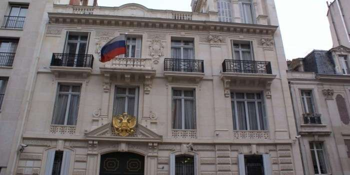 Франция прекратила охранять посольство России