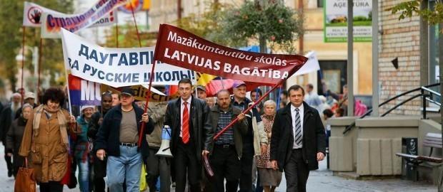 У депутата из Латвии началась истерика при виде плакатов на русском языке