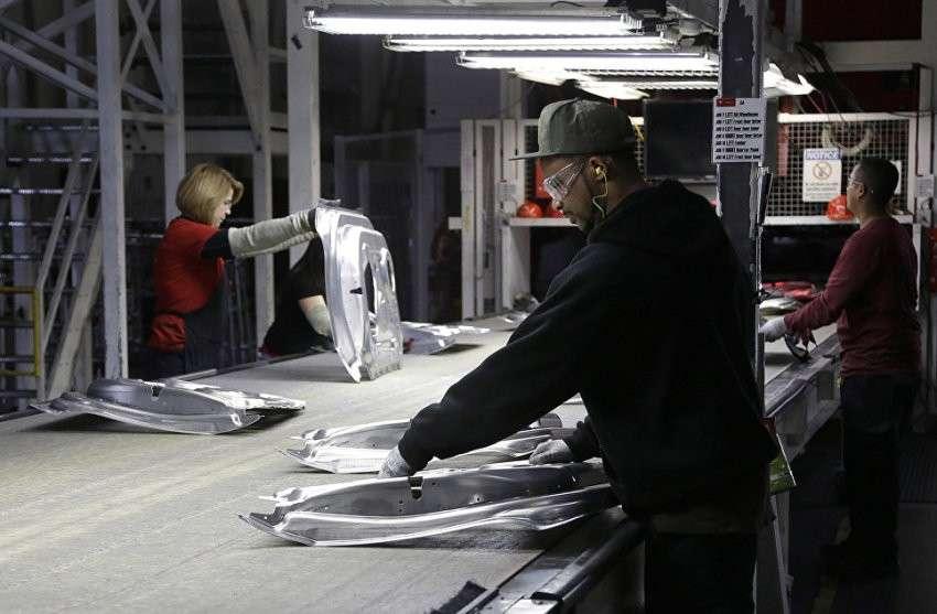 На фабрике Tesla надрываются нелегалы. А вы думали – современные чудо роботы?