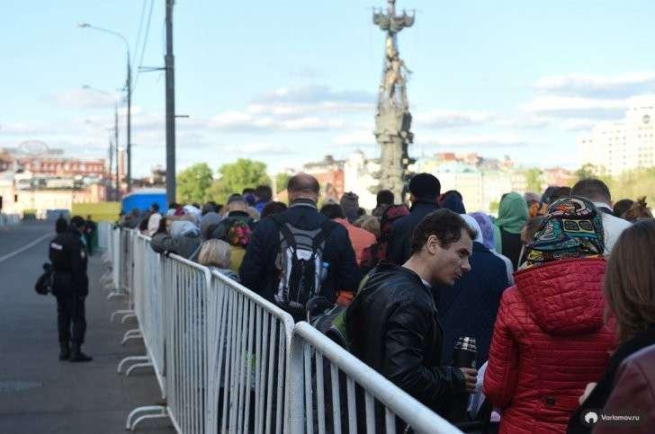 Оболваненные москвичи и гости столицы выстроились в очередь за чудом