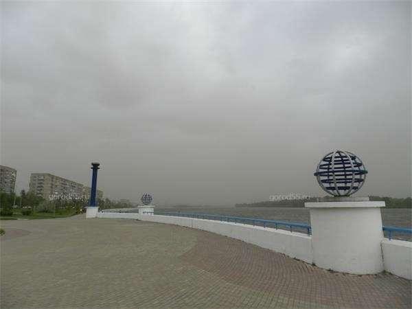 Омск накрыло гигантское пылевое облако, затмившее солнце