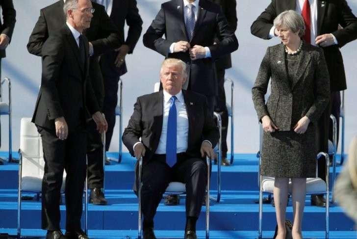 Дональд Трамп на саммите НАТО расталкивает и строит «холуёв»