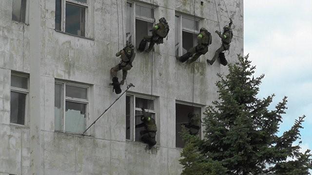 Крым, учения ФСБ: штурм здания и уход из-под огня с раненым бойцом