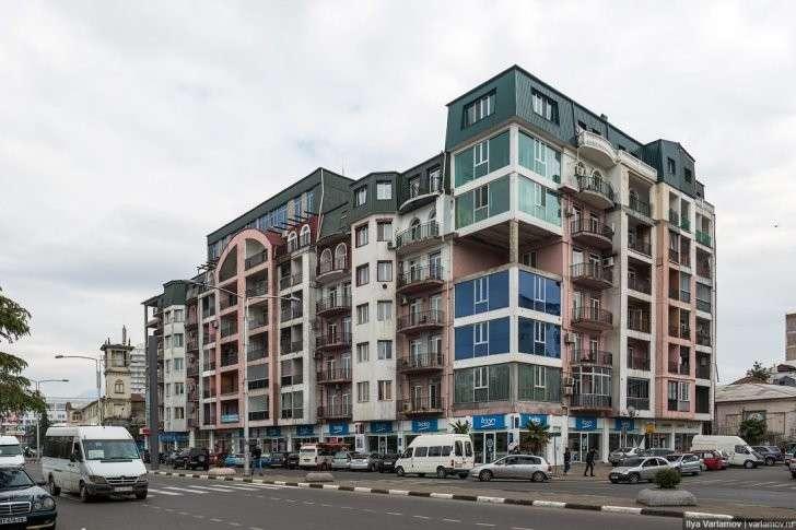 Архитектура Батуми: как проводят реновацию пятиэтажек в европейской Грузии