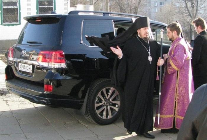 Епископ РПЦ пригрозил журналистам сроком за публикации о его внедорожнике