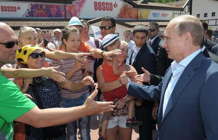 63% россиян уверены, что действия Владимира Путина ведут к мирному решению кризиса на Украине