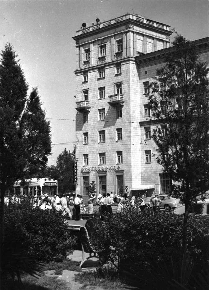 Для тех, кто любит впадать в ностальгию, в сети появились фотографии Запорожья прошлого века