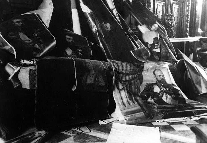 Сорванные со стен портреты российских императоров. 1917 г.