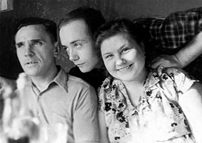 Юный Леонид Куравлёв с родителями. / Фото: www.mtdata.ru