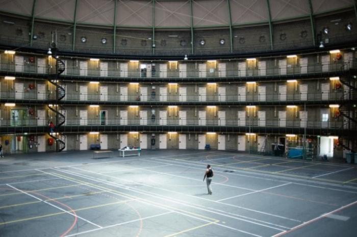 В Голландии закрывают тюрьмы, на преступников надевают электронные браслеты и отправляют на работу