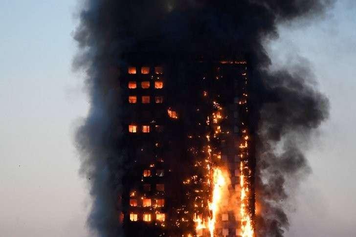 Пожар высотки в Лондоне: матери выбрасывали детей из окон