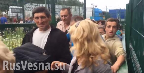 Обезумевшие от счастья «безвиза» украинцы штурмуют польскую границу | Русская весна
