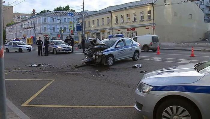 В Москве безмозглые гонщики на «Мерседесе» разбились пытаясь уйти от полиции
