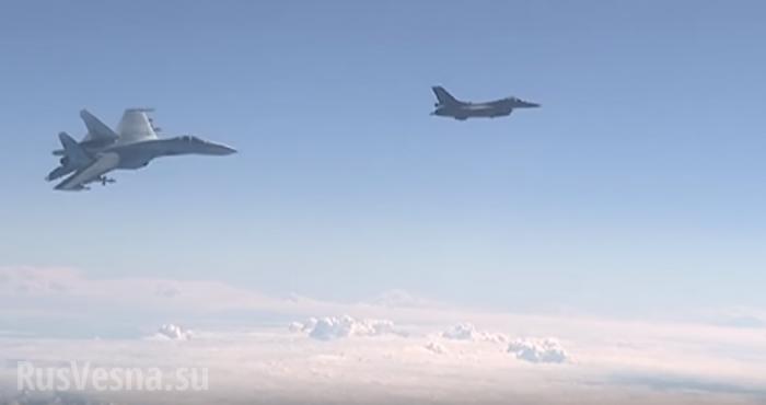 Су-27«отгоняет» истребитель НАТО отсамолета Сергея Шойгу