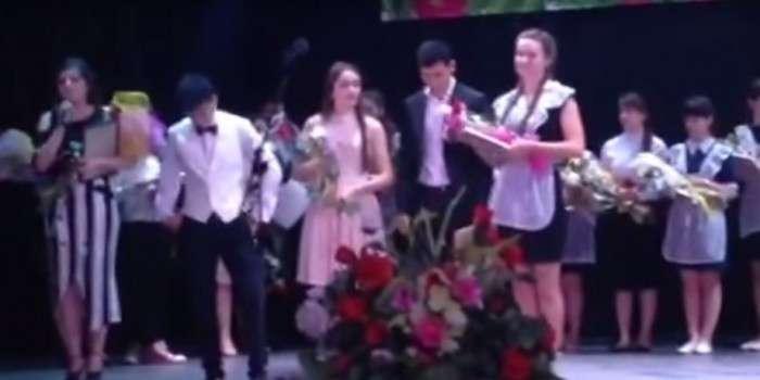Отомстила за всех: В Адыгее выпускница опозорила на всю страну дочь чиновника, получившую незаслуженную медаль