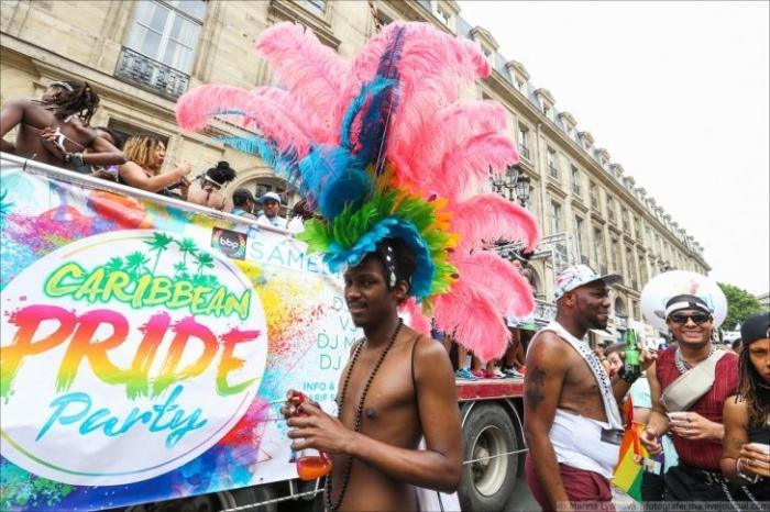 Сегодня в «сказочном» Париже проходит шествие педерастов (18+)