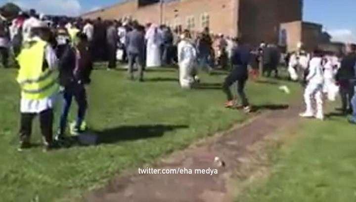 В Британии легковая машина въехала в толпу мусульман