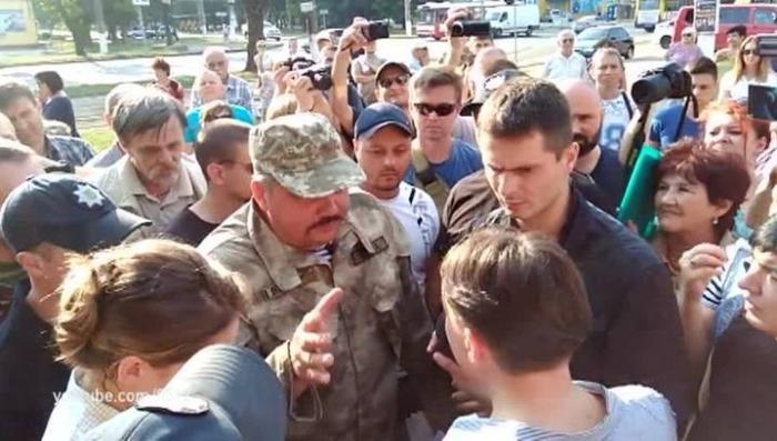 Жидобандеровцы забросали убийцу Савченко яйцами в Николаеве