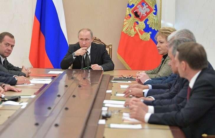 Премьер-министр РФ Дмитрий Медведев, президент РФ Владимир Путин и спикер Совета Федерации Валентина Матвиенко