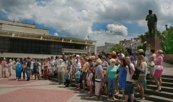В Симферополе полиция задержала протестующих против захвата детского лагеря