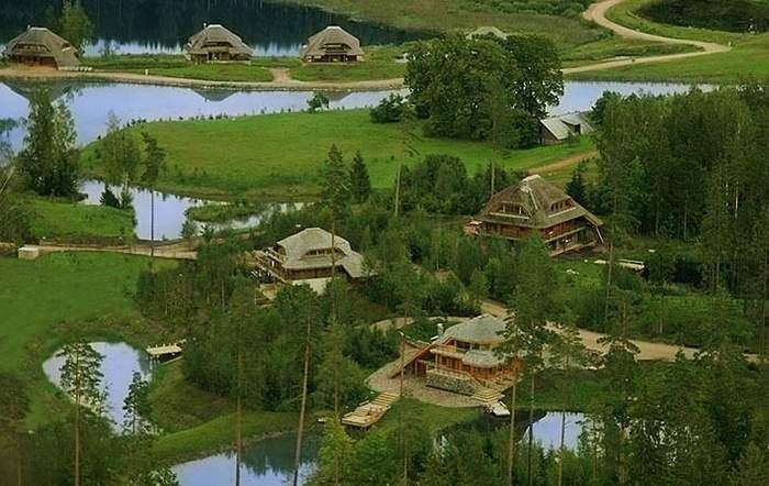 Латвийский миллионер выкупил 3000 га леса и построил «Город Солнца». Красота неописуемая!