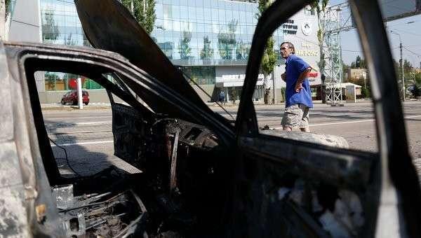 Автомобиль, сгоревший после артобстрела украинской армией центра Донецка