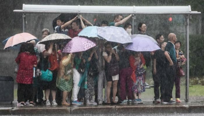 На Москву обрушился тропический ливень: молнии попадают в людей и дома