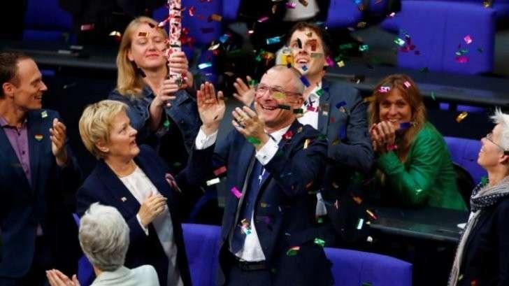 В Германии извращенцы узаконили однополые браки и дали им право на усыновление