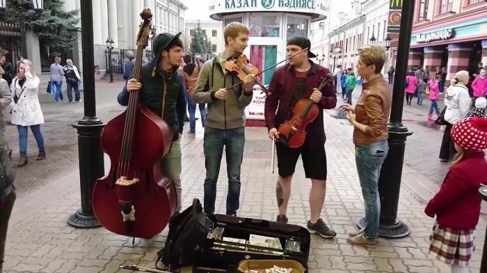 Песня «Такого, как Путин», спетая девушкой на улице Казани, покорила интернет