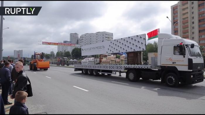 В Минске отметили День независимости парадом с участием тракторов, диванов и стиральных машин