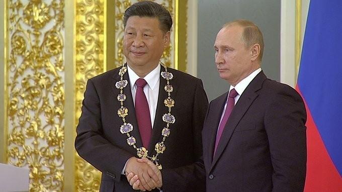 Владимир Путин вручил Председателю КНР Си Цзиньпину орден Святого апостола Андрея Первозванного