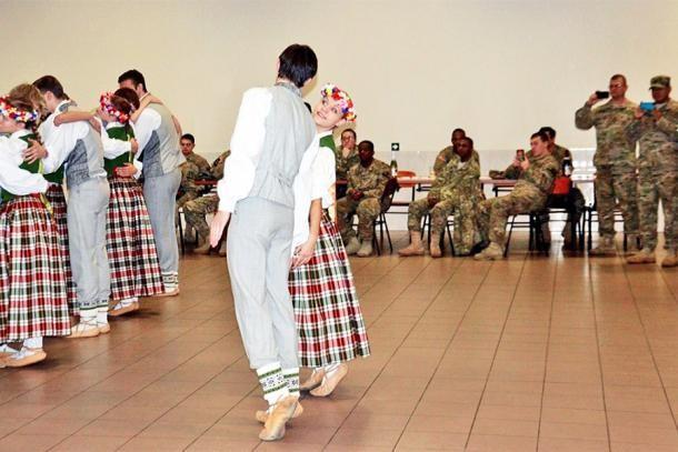 Европейский подарок для Латвии: запрет на выезд из страны и деревня сирийцев в придачу