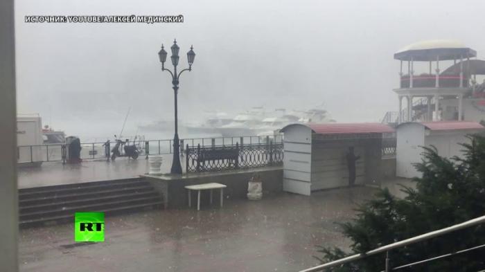 На Балаклаву обрушился мощный дождь с градом