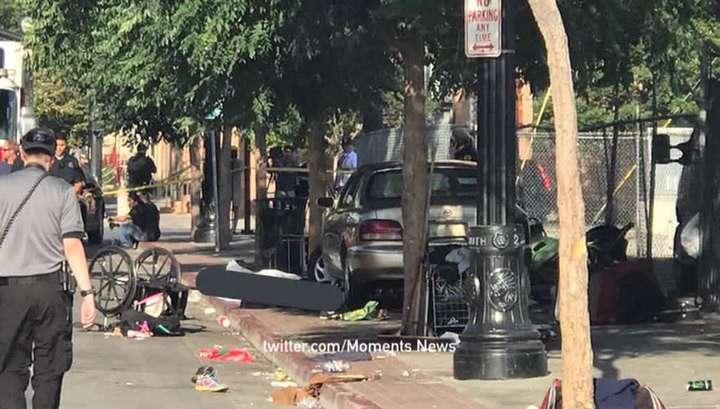В США автомобиль с женщиной за рулем, врезался в пешеходов