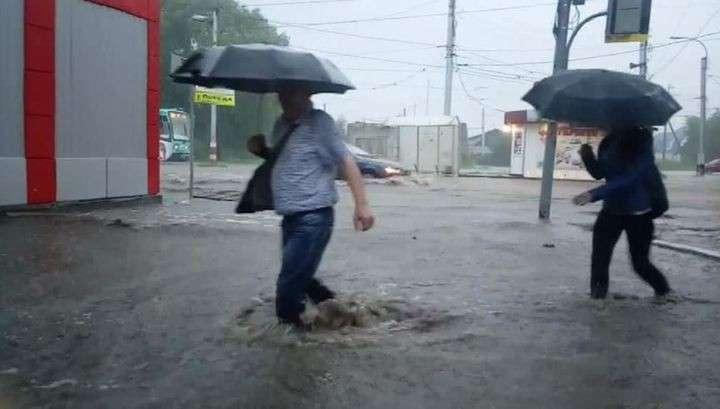 В Поволжье из-за урагана и ливня автомобили плыли по улицам